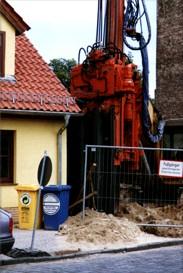 Задавливание шпунта Омега около стены жилого дома